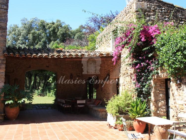 Entrada a un dels annex del conjunt de construccions de la Masia i porxo que tanca el pati d'entrada a la masia.