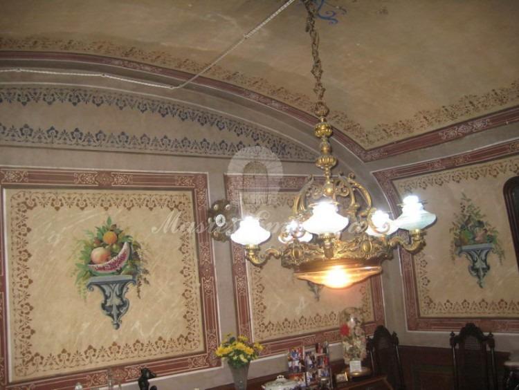 Salón con pinturas y murales
