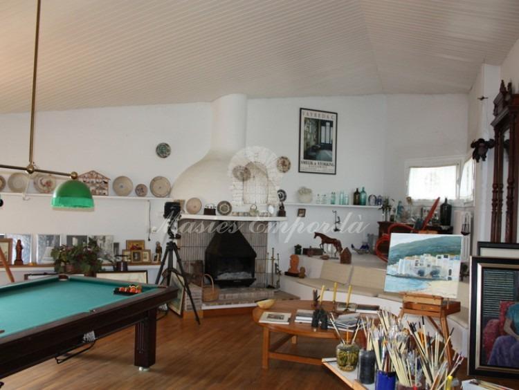Vista de la buhardilla de la casa en la planta superior con la chimenea al fondo