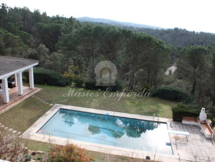 Vista de la piscina y parte del pabellón de verano y de la parcela de la propiedad