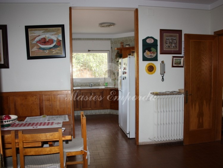 Vista del comedor de diario y la cocina de la casa