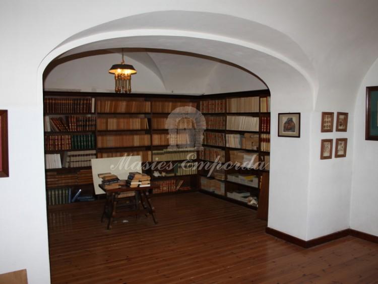 Despacho en habitación con techo con arcos de aristas