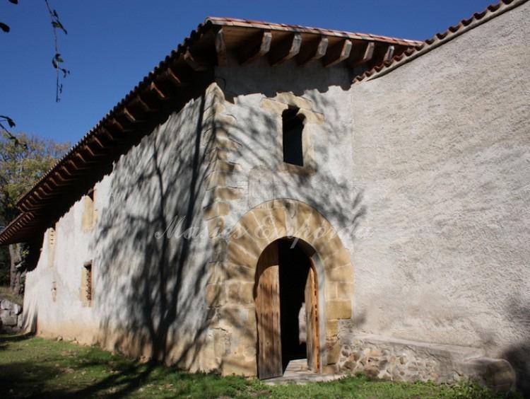 Entrada a la casa con arco de medio punto en piedra