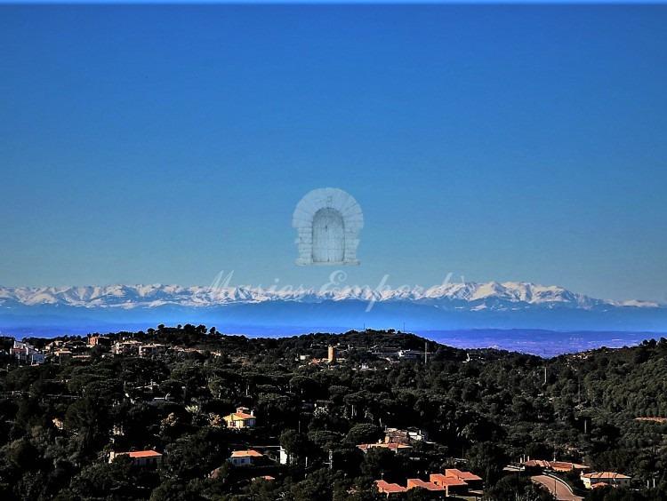 Vista de les parcel·la de Begur i dels Pirineus al fons de la imatge