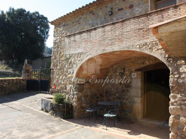Arco en piedra que sustenta la terraza de la casa
