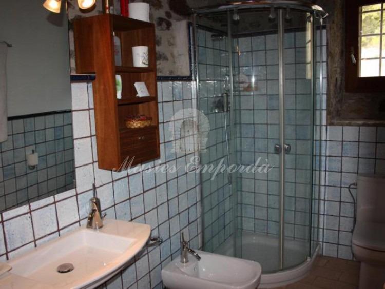 Baño de la habitación con entrada independiente de la masía