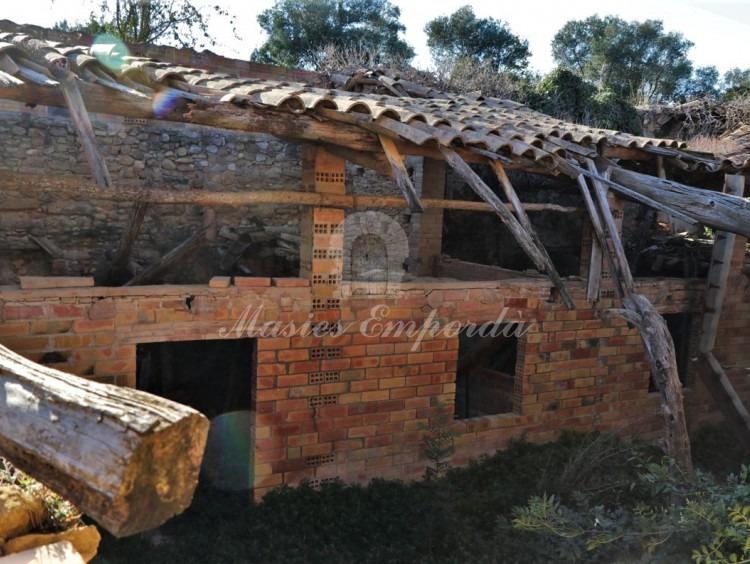 Porxo i quadres laterals de la casa, que formen el pati interior de la masia