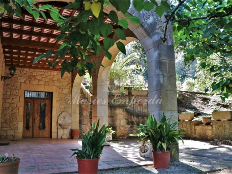 Detall de l'entrada de la planta baixa de la masia