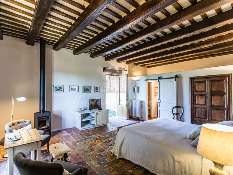 Una de las habitaciones con chimenea y baño. Tiene acceso directo al jardín.