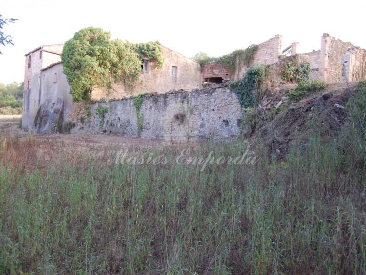 Vista del mur exterior de la masia