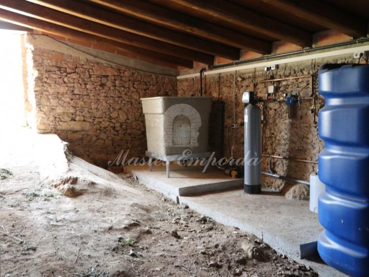 Sala d'aigües en annex posterior a la façana principal, dipòsits, descalcificat, etc.