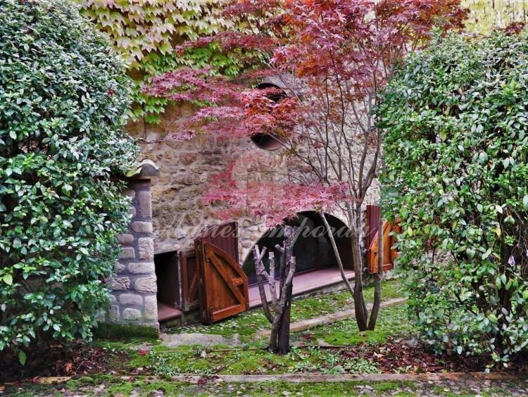 Detalles de la facha de entrada de la casa y del jardín