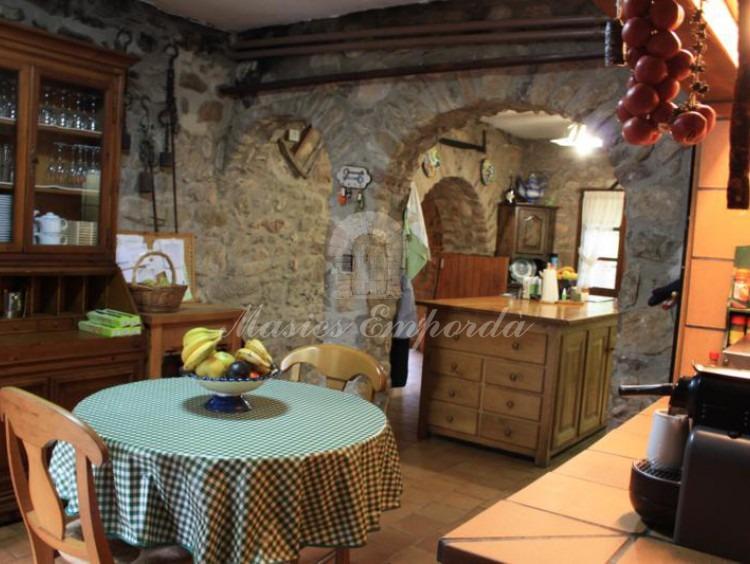 Sala de desayunos con la cocina al fondo de la imagen